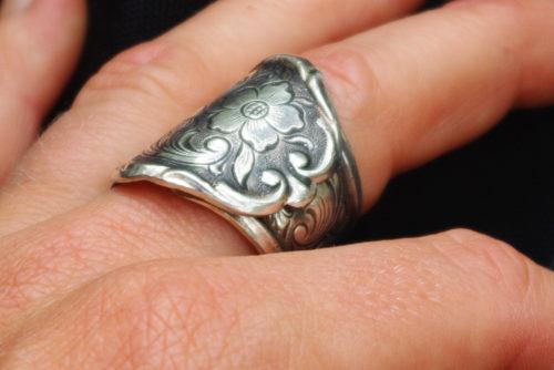 Ring aus versilbertem Besteck