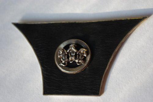 Brosche Leder, Silber